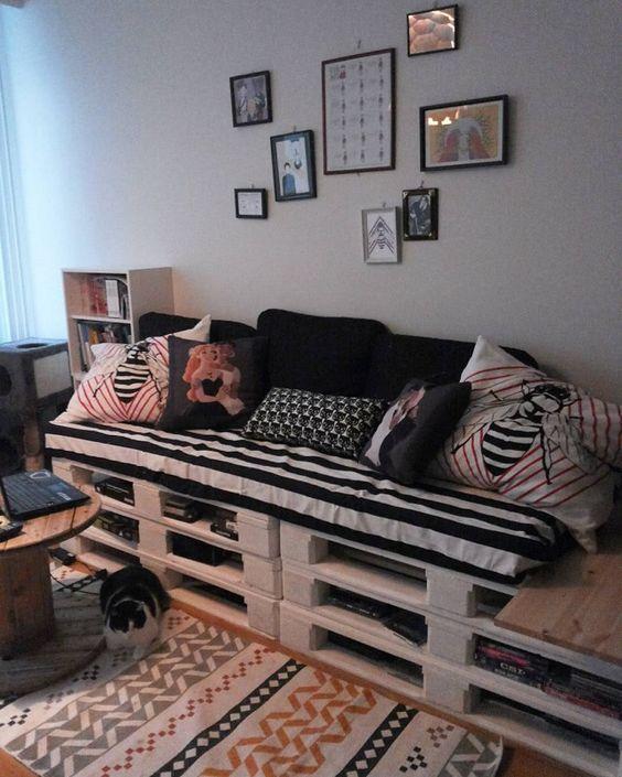 Sala de estar com decoração preta e branca simples.