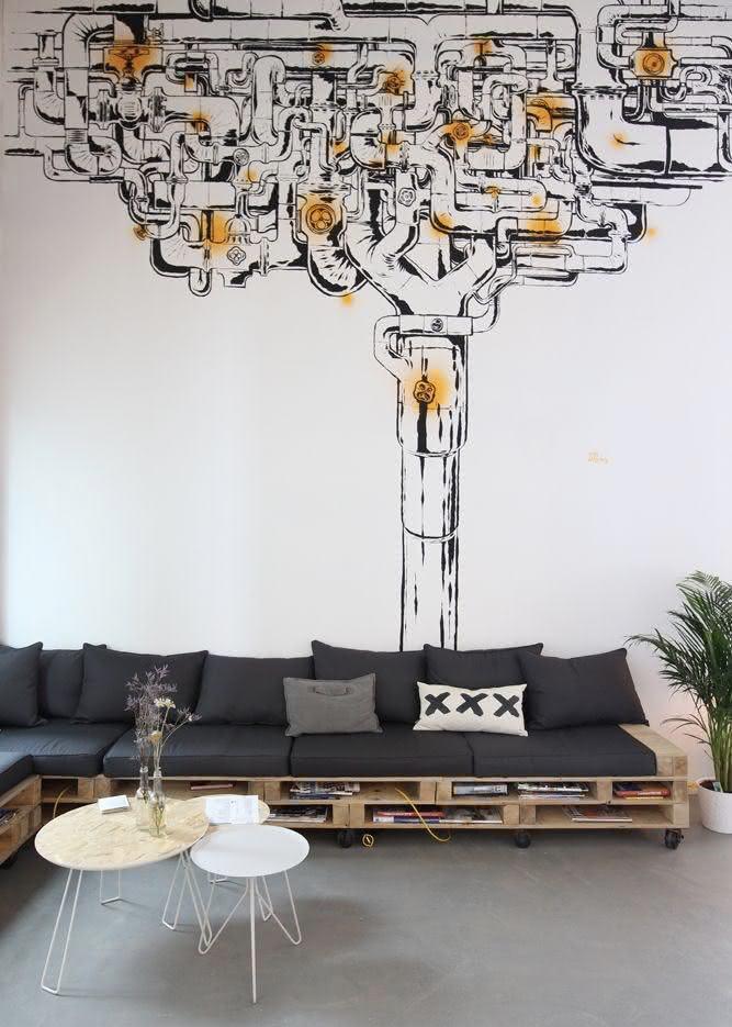 Sala moderna com adesivo decorativo e decoração preta e branca.