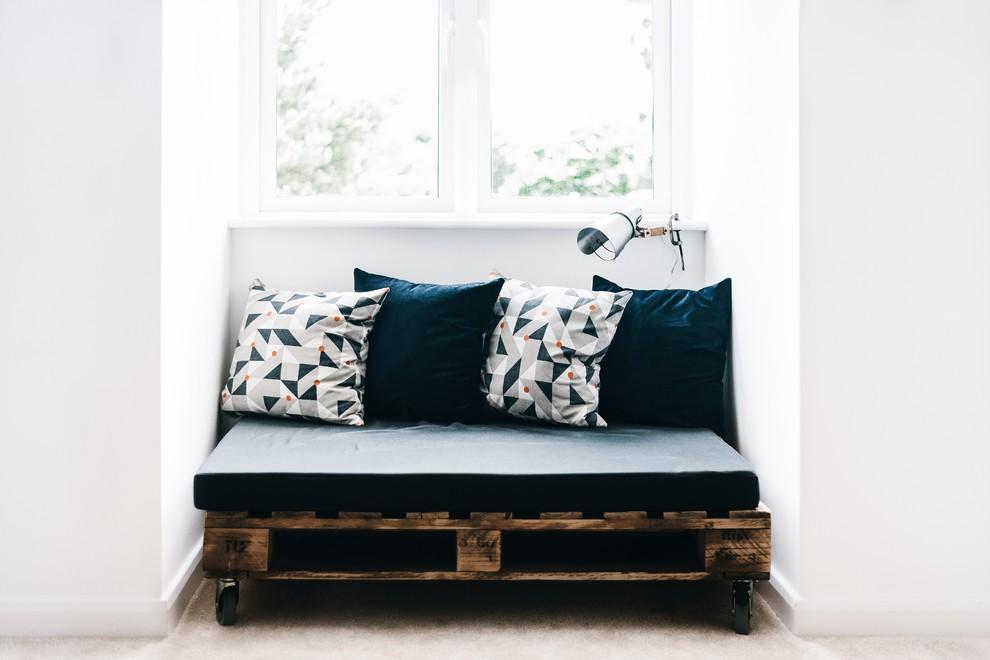 Sofá de pallet de madeira pequeno.