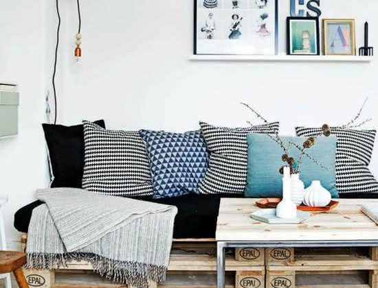 Sala de estar simples e aconchegante.