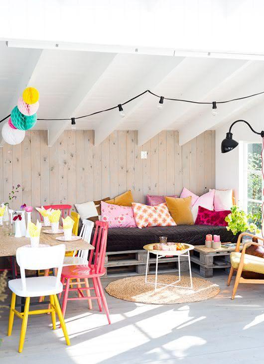 Sala integrada com decoração colorida.