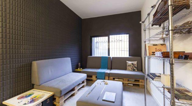 Sla de estar moderna com papel de parede tridimensional preto.