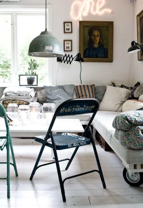 Sala de estar com decoração branca e simples.