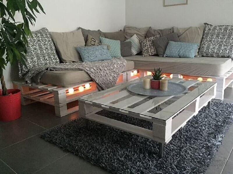 Sofá de pallet decorado com pisca-pisca.
