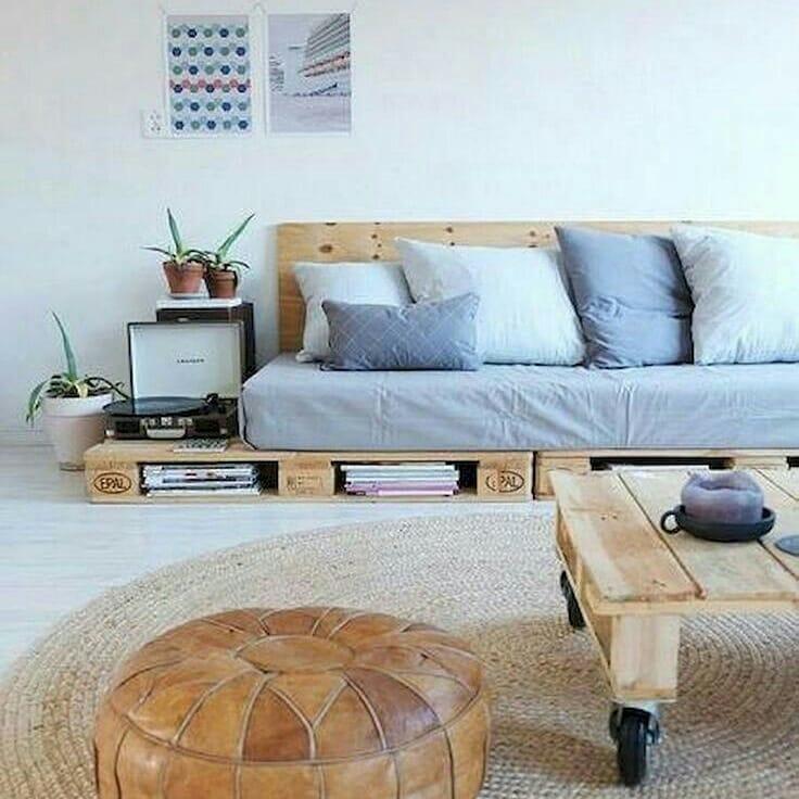 Decoração simples com sofá de pallet.
