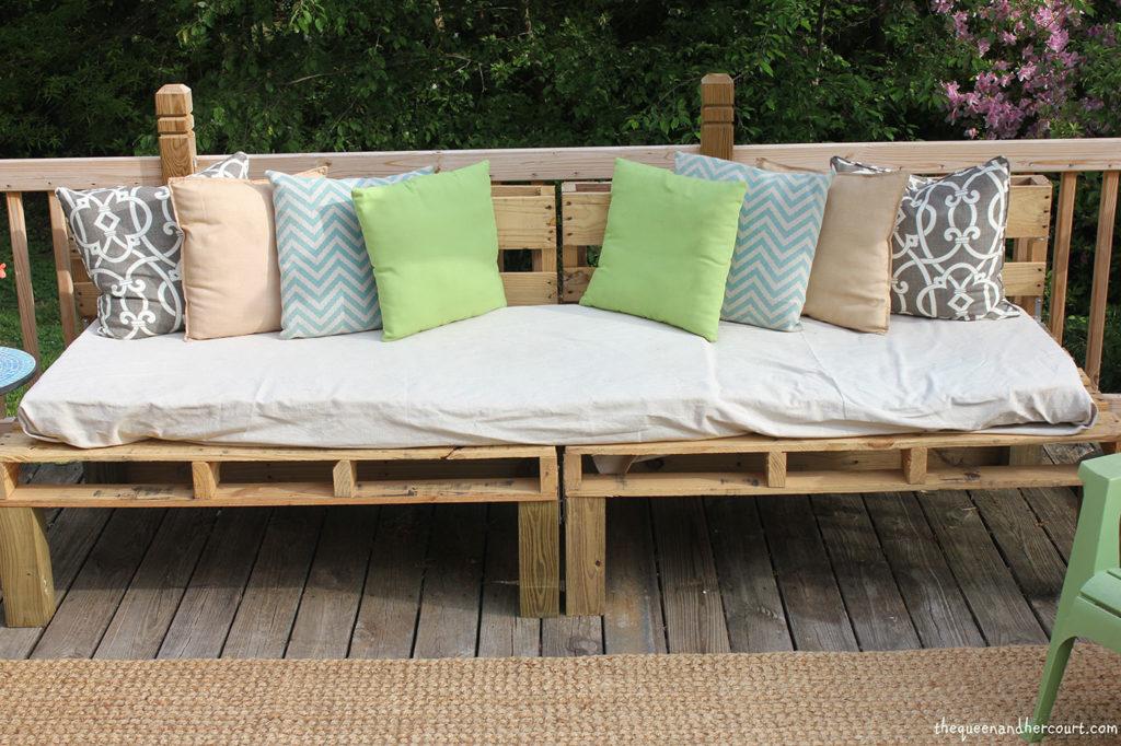 Sofá de pallet simples com pé de madeira.