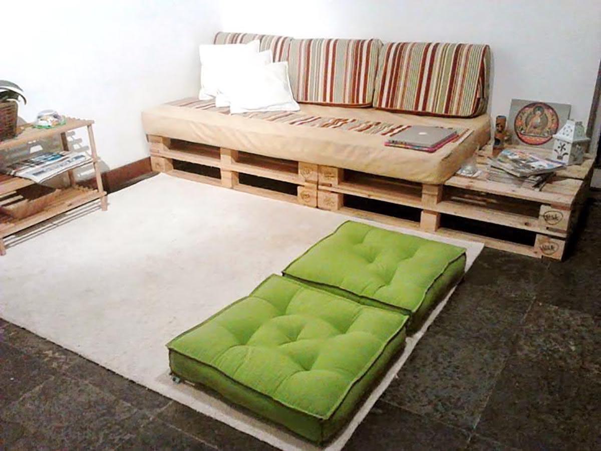 Sala de estar simples com sofá de pallet.