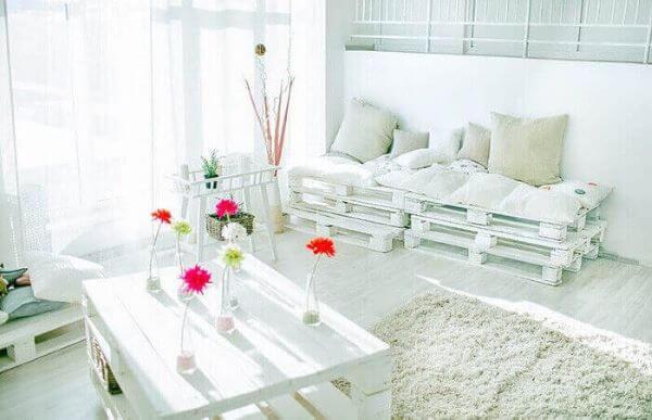 Sala de estar simples e branca.