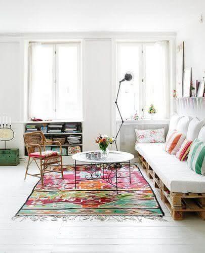 Sala de estar com tapete colorido e decoração simples.