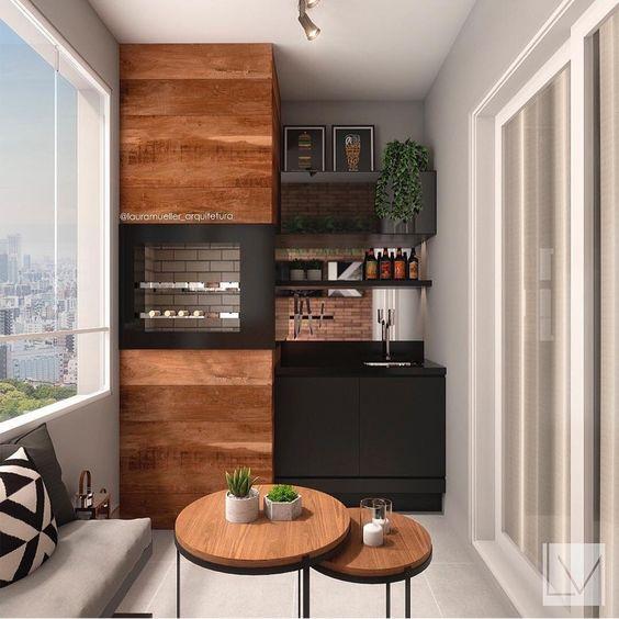 Varanda gourmet pequena com acabamento de madeira e armário preto.