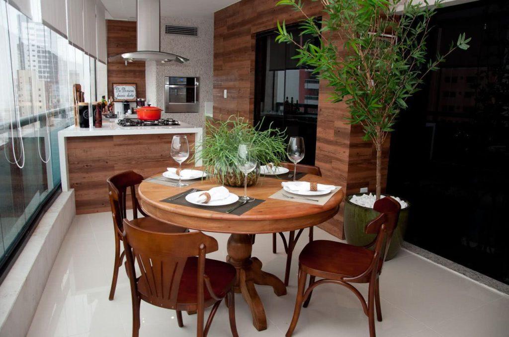Varanda gourmet com revestimento de madeira.