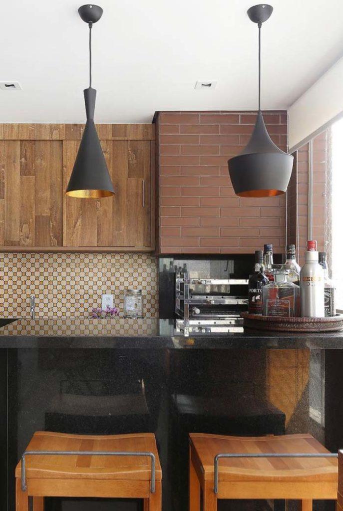 Varanda gourmet com azulejo hidráulico e plaquetas de cerâmica.
