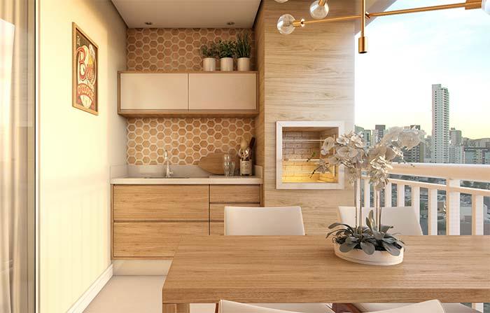Varanda gourmet com churrasqueira e revestimento de madeira.