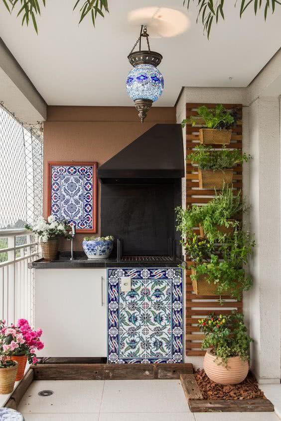 Varanda gourmet com decoração rústica e jardim vertical.