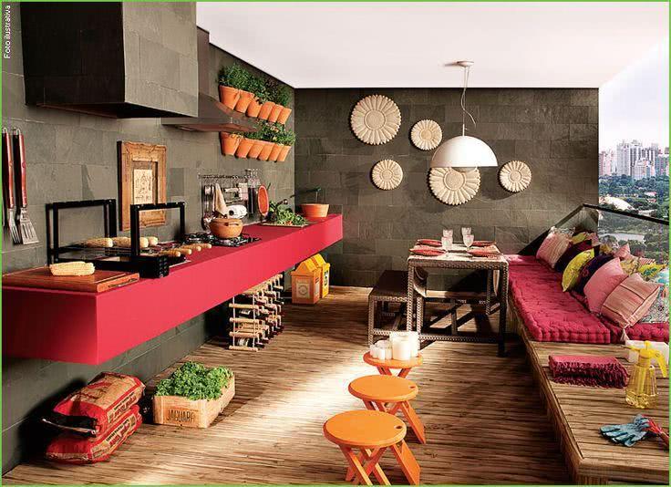 Área externa com decoração moderna com piso de madeira e azulejo de pedra.