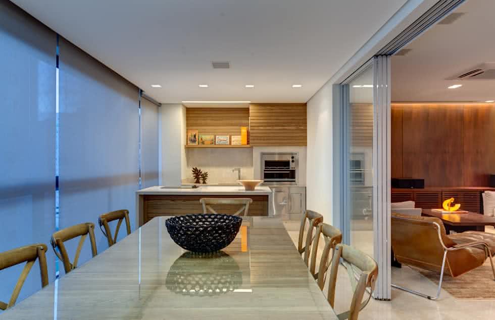 Área externa com decoração clean e mesa grande.