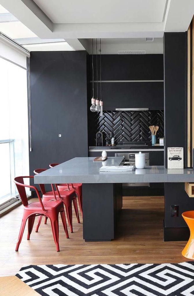 Cozinha externa com decoração preta e moderna.