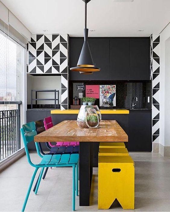 Varanda gourmet com decoração moderna e colorida.