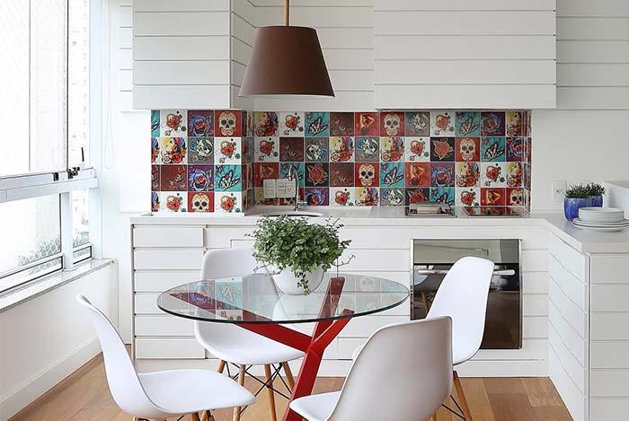 Cozinha externa com azulejo decorado e decoração branca.