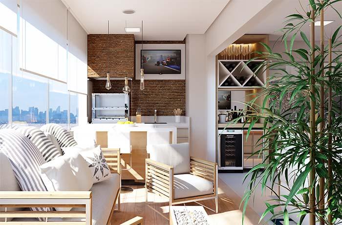 Varanda gourmet com sofá e televisão.