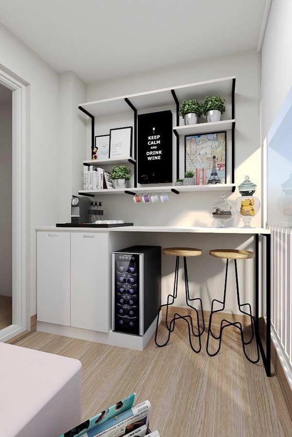 Varanda gourmet com armário branco e frigobar.