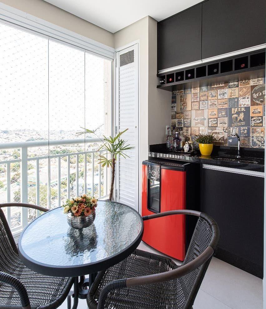 Cozinha externa com frigobar e azulejo decorado.