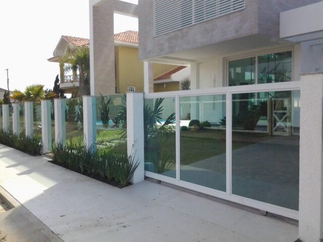 fachada de vidro com portão de vidro