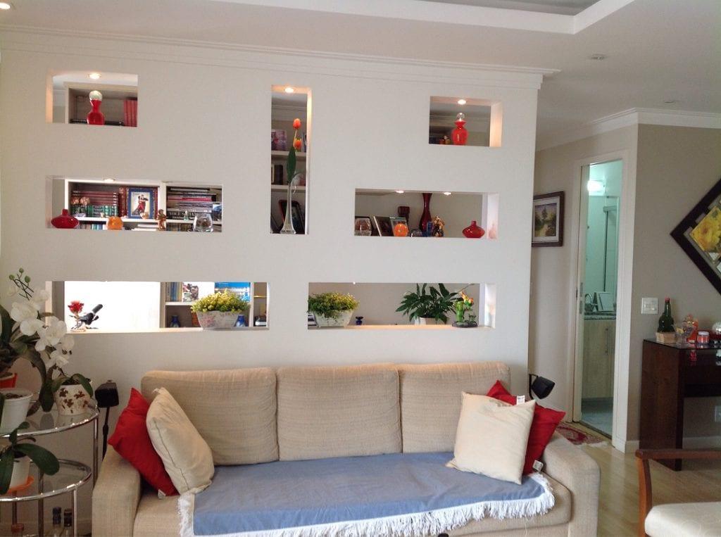Sala planejada pequena com divisória de drywall.