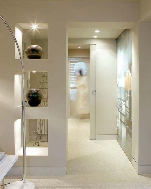 Divisória de ambiente de gesso com vasos decorativos.
