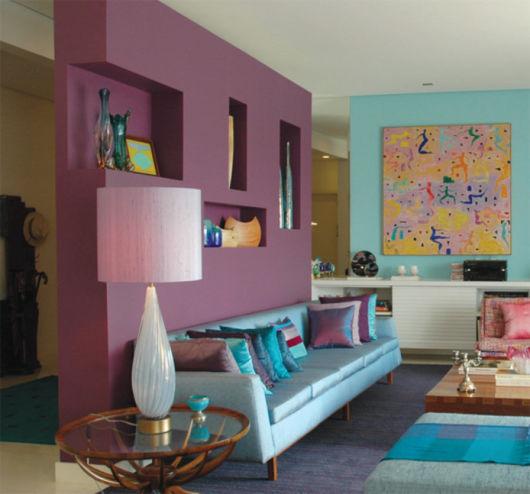 Sala elegante com divisória de ambiente de drywall roxa.