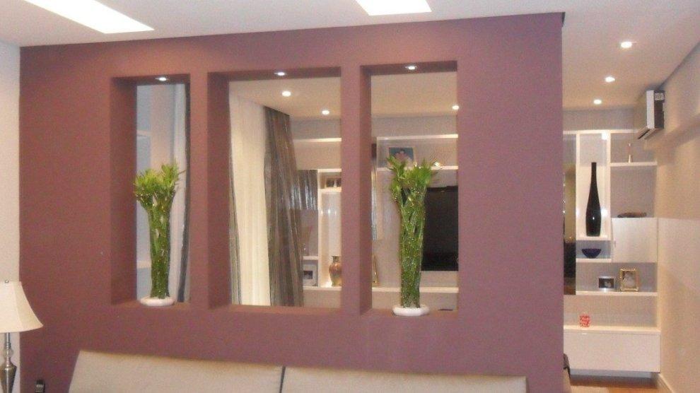 Divisória de ambiente de drywall roxa.