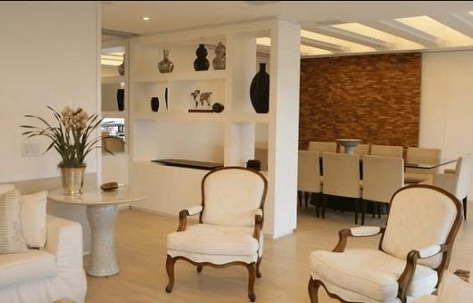 Sala com decoração clássica.