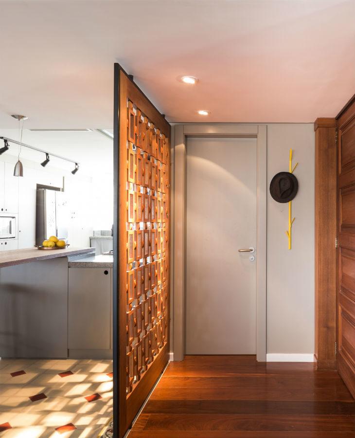 Cozinha com divisória de ambiente de madeira decorada.