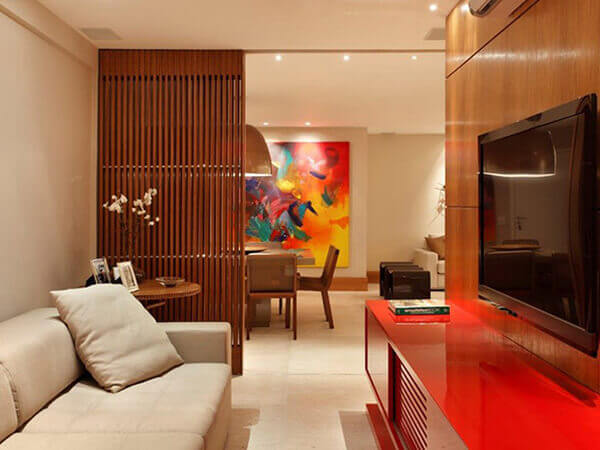 Sala pequena com divisória de ambiente de madeira.