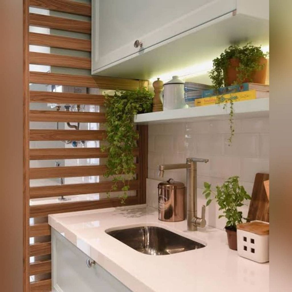 Cozinha branca com divisória de ambiente de MDF.