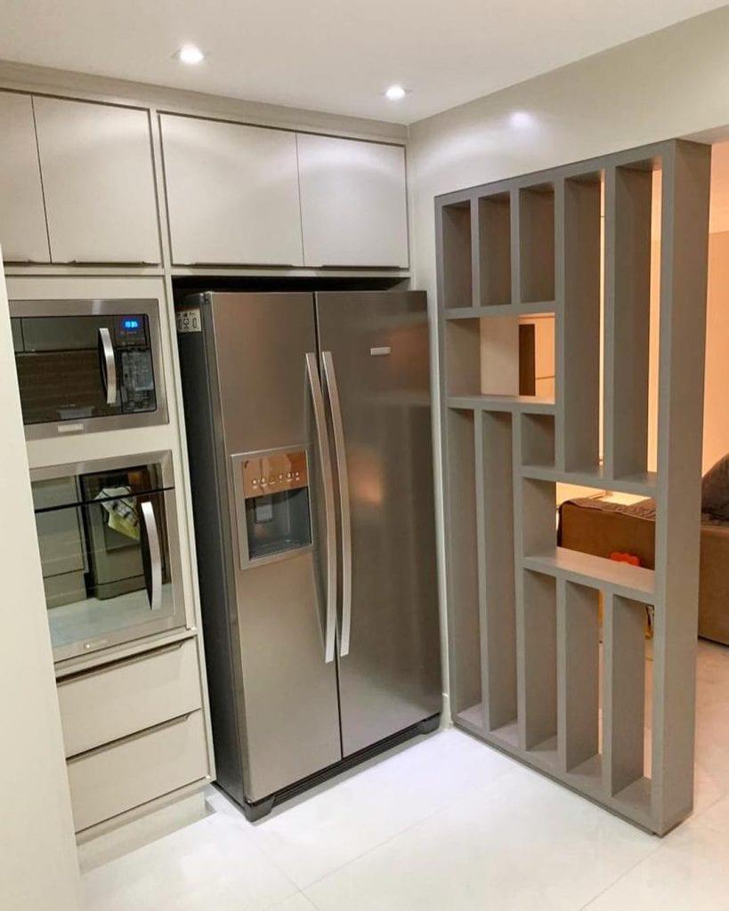 Cozinha com divisória de ambiente de MDF vazada.