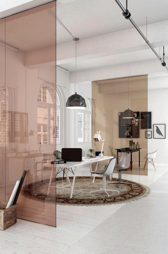 Escritório com divisória de ambiente de vidro.