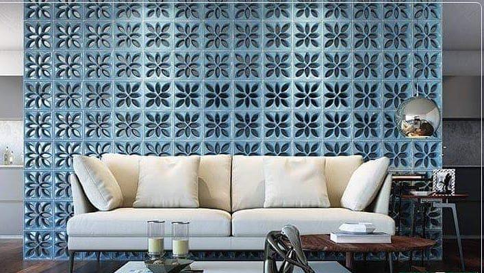 Sala decorada com divisória de ambiente de cobogó azul.