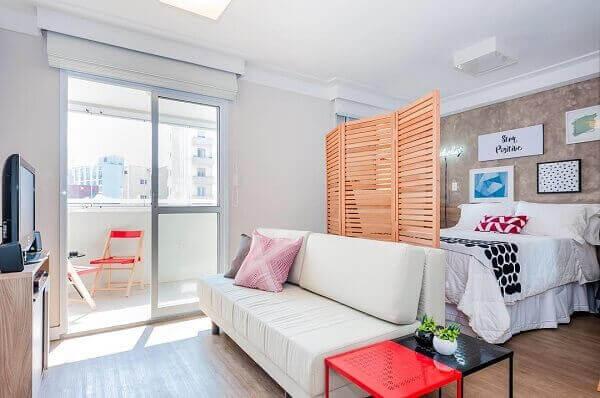 Apartamento pequeno com divisória de ambiente de biombo.