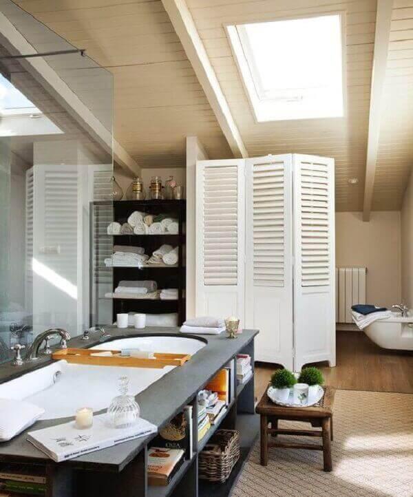 Banheiro luxuoso com divisória de ambiente de biombo.