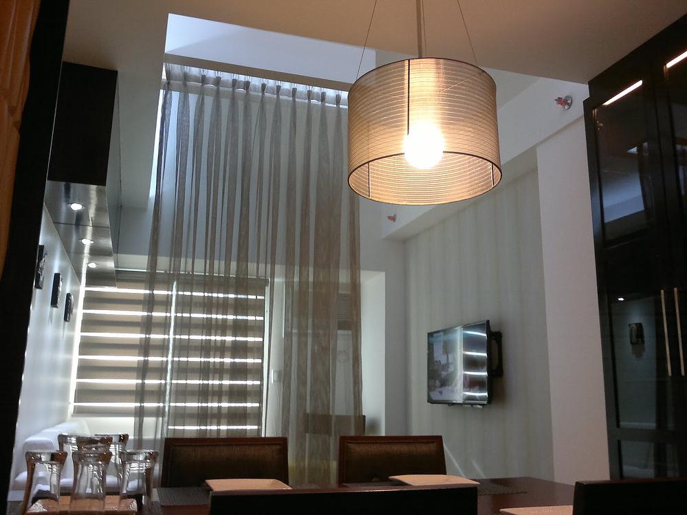 Sala de jantar separada com divisória de ambiente de cortina branca.