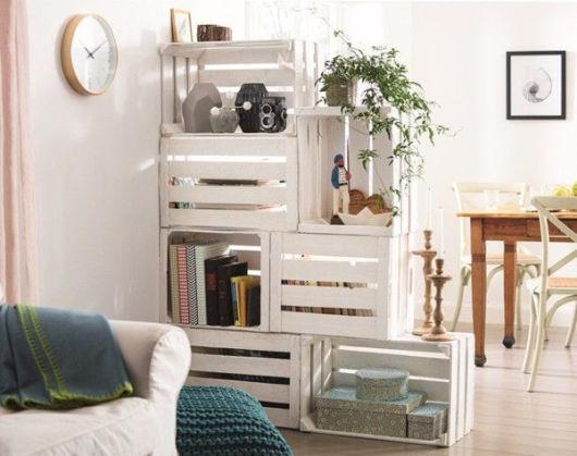 Sala decorada com divisória de ambiente barata de caixotes de madeira.