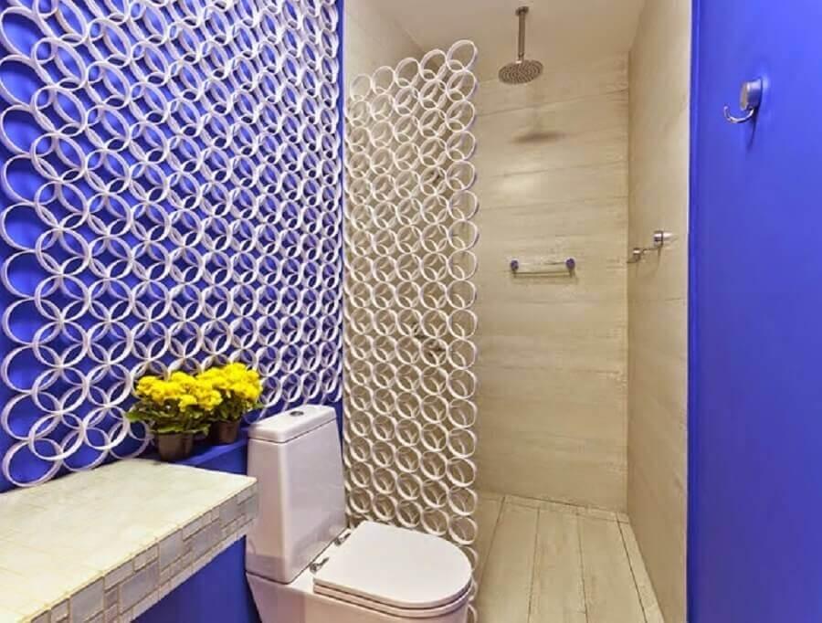 Banheiro pequeno simples com divisória de ambiente de PVC.
