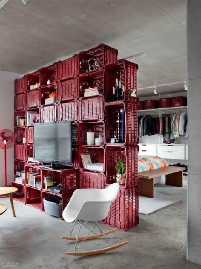 Loft decorado com parede de caixote de plástico.