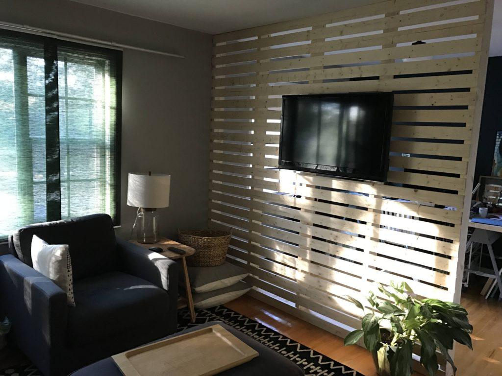 Sala decorada com parede de pallet.