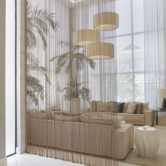 Sala luxuosa com divisória de ambiente de cobre.