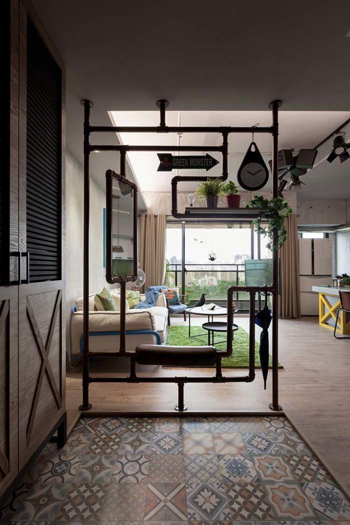 Sala moderna com divisória de ambiente de tubulação.