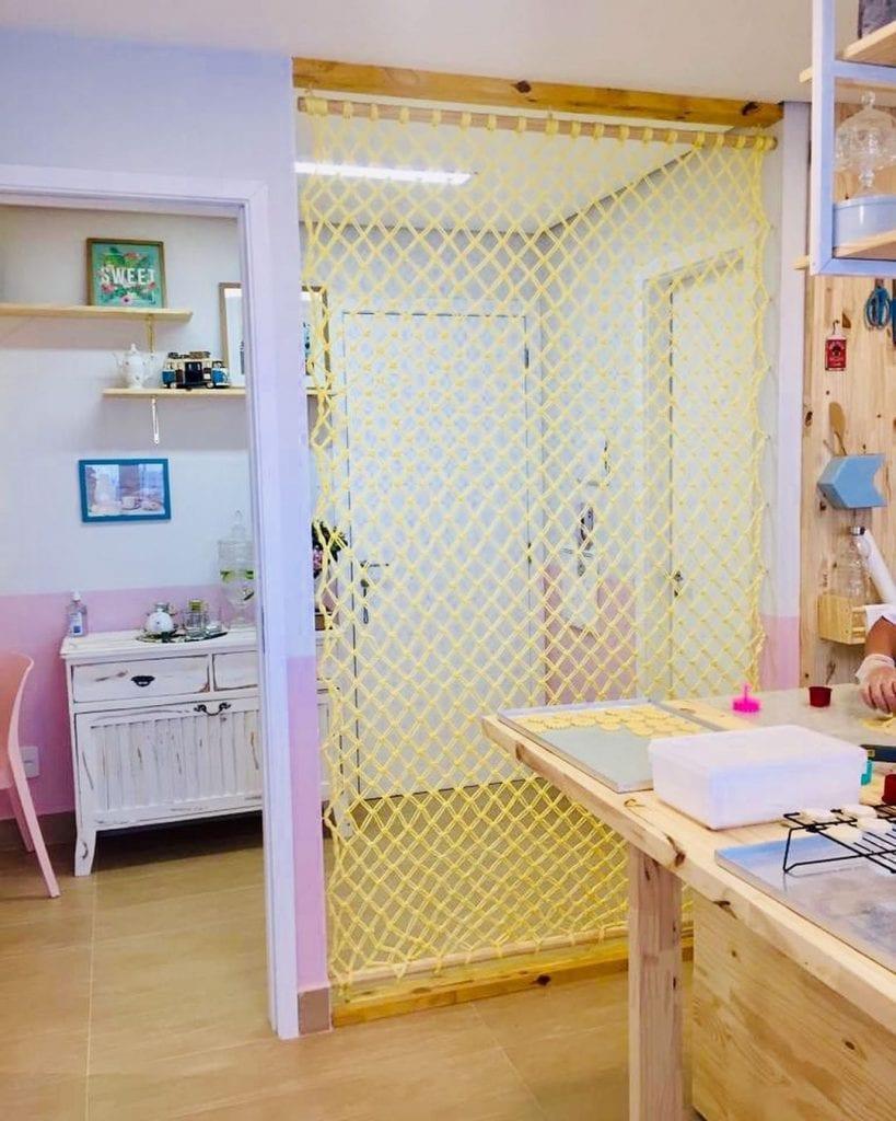 Sala com divisória de ambiente de crochê.