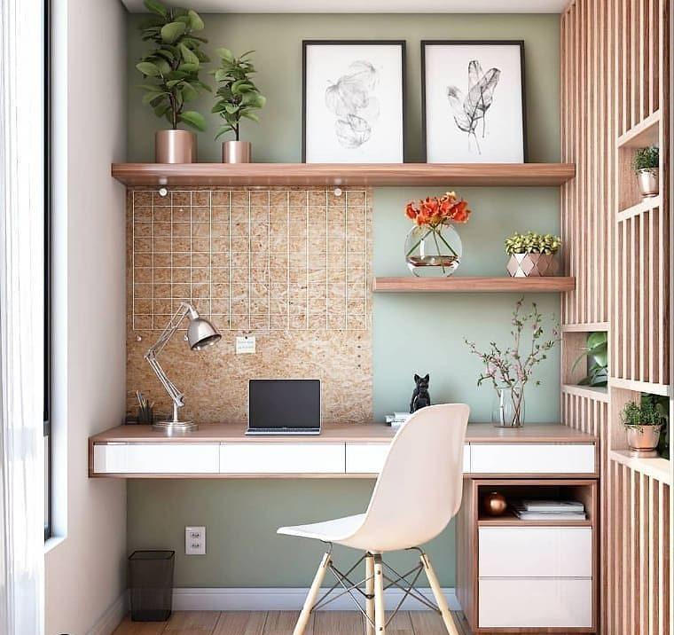 Escritório com divisória de ambiente de madeira com nichos.