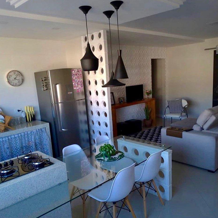 Apartamento pequeno com divisória de ambiente de cobogó branco.